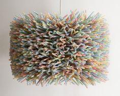 Lámpara de mesa con cañitas de colores