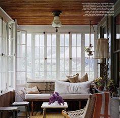 木質天花板與白窗