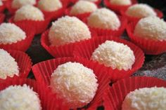 eggnog balls- Eierlikörkugeln Wonderful eggnog balls fit wonderfully into the Advent and Christmas time. The recipe is rounded off with grated coconut. Homemade Truffles, Homemade Pie, Homemade Candies, Desserts Homemade, Oreo Desserts, Pudding Desserts, Sweets Recipes, Candy Recipes, Ramadan Recipes