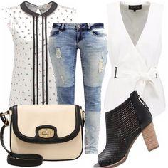 Camicetta con stampa a fiori e fondo bianco, jeans con varie scuciture, smanicato bianco, scarpe a tronchetto nere, borsa a tracolla black e white.