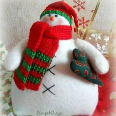 Muñeco de Nieve con patrón Christmas Decorations, Christmas Ornaments, Holiday Decor, Christmas Ideas, Fingerless Gloves, Arm Warmers, Christmas Stockings, Sewing Crafts, Snowman