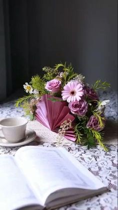 Arts And Crafts, Paper Crafts, Do It Yourself Projects, Creative Crafts, Table Decorations, Centerpieces, Happy Birthday, Crafty, Flowers