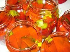 Ricetta per conservare i peperoni sott'olio in modo molto semplice senza esagerare in aromi e spezie, conservando perfettamente i sapori ed i colori dell'Estate per tutto l'anno