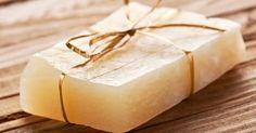 Os sabonetes de glicerina são produtos de ótima qualidade:  beneficiam muito a nossa pele protegendo a umidade natural dela .    Pensando no quanto os sabonetes artesanais são tudo de bom, tanto pra usar, quanto para vender, siga o nosso passo a passo de como fazer sabonete de glicerina!