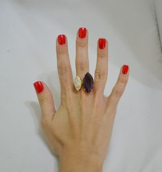 Anel folheado a ouro com zircônias e pedra natural na cor lilás