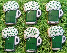 A 6-pack of mini Irish beer mugs cookies for Saint Patricks Day