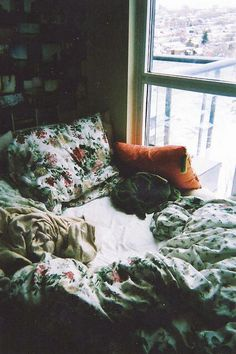 This kind of bed where you cuddle up for hours in, to read books or to simply look out the window