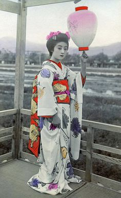 """Maiko (apprentice geisha) Manryō of Kyoto, described by contemporaries as """"a peony flower in full-bloom"""". Japanese Geisha, Japanese Beauty, Japanese Kimono, Vintage Japanese, Japanese Art, Retro Pictures, Old Pictures, Old Photos, Vintage Postcards"""