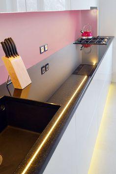 Biało-czarna kuchnia. Białe fronty doskonale uzupełnia wysokiej jakości, czarny blat z granitu.   Maszroom.com
