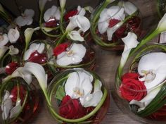 centres de table rouge et blanc dans vase boule