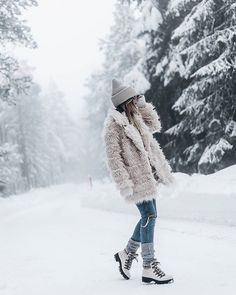 Fuzzy Coat in the winter Winter Mode Outfits, Cold Weather Outfits, Winter Fashion Outfits, Photography Poses Women, Winter Photography, Winter Instagram, Instagram White, Fuzzy Coat, Snow Outfit