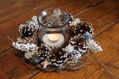 Centre de table Noël avec photophore,branchages, pignes de pins, divers elements décoratifs blancs et oiseau : Accessoires de maison par dec-au-naturel