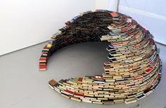 Artist Miler Lagos is building a library, but think twice before pulling out a book. For his recent installation called Home at the Magnan Metz Gallery in New York City, Lagos constructed an entirely self-supporting dome out of nothing but books. Un Igloo, Wow Art, Art Graphique, Installation Art, Art Installations, 4th Of July Wreath, Bookshelves, Recycling, Ideas