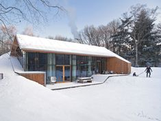 Dutch home built into the the landscape.      http://www.dezeen.com/2012/02/29/dutch-mountain-by-denieuwegeneratie/