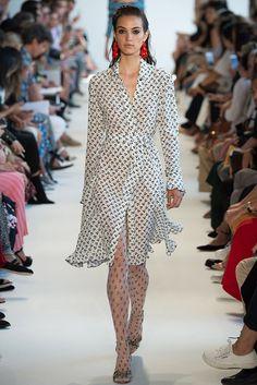 2840dbe45e516 Altuzarra Spring 2017 Ready-to-Wear Fashion Show - Camille Hurel