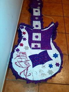 piñata artesanal elaborada con carton, papel pinocho y foami o goma eva