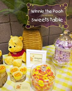 Winnie the Pooh.my sister wants to decorate her nursery in winnie the pooh! Winnie The Pooh Themes, Winne The Pooh, Winnie The Pooh Birthday, Bear Birthday, Disney Winnie The Pooh, Baby First Birthday, Birthday Ideas, Baby Party, Baby Shower Parties