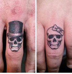 Skull Finger Tattoos, Finger Tats, Body Art Tattoos, Sleeve Tattoos, Tatoos, Finger Tattoo For Women, Tattoos For Women, Ehe Tattoo, Marriage Tattoos