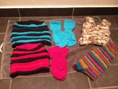 Huer og vanter til Jacob og Katrine, sokker til Rikke Huer hhv. 90 og 100 masker, 10 omgange for hver farve