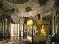 The royal bedroom in the hall of Don Quixote, The Palace of Quelez, Portugal. How mental is that? Romantic Homes, Elegant Homes, Spanish Bedroom, Royal Room, Royal Bed, Grand Homes, French Interior, Interior Design, Queen