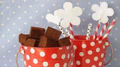 מביך כמה שהטראפלס האלה קלים: פשוט מערבבים שוקולד וטחינה - ומקבלים מעדן נפלא ואפילו פרווה. תגידו יפה תודה למיכל שמיר!