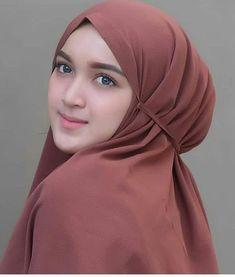 Pin Image by Bunda Hijaber New Hijab, Muslim Hijab, Beautiful Muslim Women, Beautiful Hijab, Girl Hijab, Hijab Outfit, Muslim Beauty, Islamic Girl, Hijab Tutorial