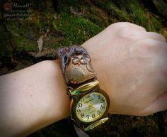 Сделала новые часы чтобы подходили к деловому стилю. Там еще имитировала мох с обратной стороны завтра покажу в видео. Получилось очень сдержанно с акцентом на часы. Причем часы-конечно же-не стандартно по центру а смещены вправо. Создавать и носить стандартные вещи мне скучно :) ___________  #маст_НатаН #коричневый #лес #кора #forest #bark #brown #tree #совы #owls