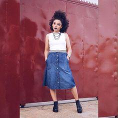 """Há alguns dias postei uma foto usando essa saia mídi jeans e recebi alguns comentários do tipo """"Mas Ana, você não é baix..."""