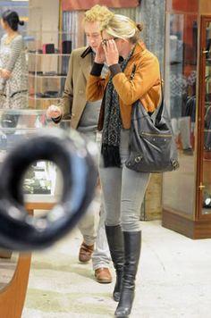 ケイト・モス(Kate Moss)・お気に入りのBen Amun(ベンアムン)のコインネックレスにSUPERFINE(スーパー ファイン)のスキニーデニム!アズディン・アライア(Azzedine Alaia)ニーハイブーツを穿いてお買い物に!・最新私服ファッション画像・ケイト・モス - セレブカジュアルドットコム
