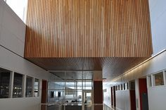 University hallway's can be quite noisy with all the hustle and bustle. That's why this University upgraded their acoustics with a Linwood II ceiling (and wall, sort of) in Cherry wood with a clear lacquer finish. Acoustic Architecture, Architecture Art, Acustic Panels, Acoustic Ceiling Panels, Mini Store, Wooden Facade, Ceiling Detail, Wood Ceilings, Coworking Space