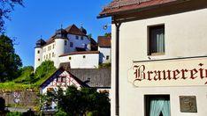 Rundwanderung zu 4 Brauereien in der Fränkischen Schweiz. Der Brauereienweg in Aufsess führt Dich in reizvoller und abwechslungsreicher Landschaft zu den Orten mit der nächsten Brauereidichte. Mit kostenloser Wanderkarte & GPX-Track Outdoor Reisen, Mansions, House Styles, Germany Travel, Brewery, Families, Road Trip Destinations, Hiking, Landscape