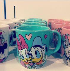donald abd daisy mugs Disney Cars, Disney Dumbo, Retro Disney, Casa Disney, Disney Gift, Disney Home, Vintage Disney, Disney Coffee Mugs, Cute Coffee Mugs
