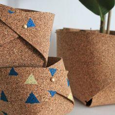 Un cache-pots en liège plié / Cork planter