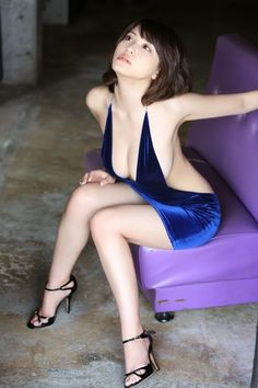 I ❤️ her tight mini dress and high heels, she has long sexy legs💋💋