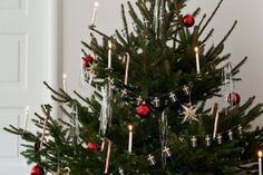 Gammaldags julgran med traditionellt julpynt