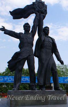 Pomnik Przyjaźni Narodów, dwie postacie, symbolizujące zaprzyjaźnione narody – ukraiński i rosyjski. //  Monument Friendship of Nations, two figures symbolizing befriended nations - Ukrainian and Russian  Kyiv