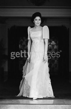 The most beautiful First Lady the Philippines ever had Imelda Marcos. Filipiniana Wedding Theme, Modern Filipiniana Dress, Philippines Dress, Philippines People, Manila Philippines, Filipino Fashion, Evening Dresses, Prom Dresses, The Wedding Singer