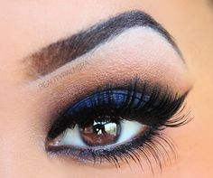 Perfect cat eyeliner and that blue looks gorgeous with her brown eyes! !