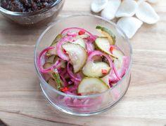 Zoetzuur van komkommer en ui; een frisse salade die perfect past bij pittige en kruidige gerechten. Lekker fris voor in de zomer.
