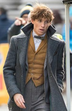 Eddie Redmayne looks sharp on set of Fantastic Beasts 2 Film Fantastic, Fantastic Beasts Movie, Fantastic Beasts And Where, Cosplay Harry Potter, Harry Potter Characters, Newt Scamander Aesthetic, Newt Scamander Cosplay, Eddie Redmayne Fantastic Beasts, Hermione Granger