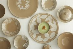 New 분청 백화용문 한식접시 14-2 Dinner Plates, Coffee Mugs, Decorative Plates, Pottery, Dishes, Tableware, How To Make, Painted Porcelain, Peony