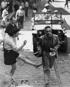 'Patada a los alemanes'. Toulon, Francia, septiembre de 1944. (Del libro 'La Segunda Guerra Mundial. Imágenes para la historia'. Paco Elvira. Prólogo de Jorge M. Reverte. Lunwerg, 2012)
