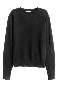 Cashmere jumper: PREMIUM QUALITY. Long-sleeved jumper in a soft, fine cashmere knit with dropped shoulders and ribbing around the neckline, cuffs and hem.