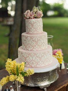 Vintage silberne Etagere und schöne rosa Hochzeitstorte
