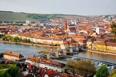 Historic city of Wurzburg with bridge Alte Mainbrucke, Germany | ©Elena Kharichkina/Shutterstock