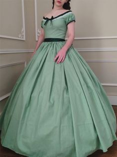 Robe de jour 1850 en coton. Southern Belle Dress, Day Dresses, Formal Dresses, Civil War Dress, Silk Gown, Green Cotton, Fitted Bodice, Pale Pink, Civilization