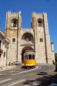 #Lisboa, la ciudad luminosa (I) - via Janonautas 29.03.2015 | Lisboa es luminosa, blanca y alegre. La ciudad vieja muestra el paso de los siglos en las fachadas desgastadas pero también carácter y cierta belleza. Las calles peatonales del barrio de La Baixa se abren a maravillosas plazas, como la Praça do Comércio junto al Tajo, y desbordan de vitalidad. #lisbon #portugal #viajes #turismo