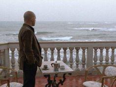Típica estampa del Comisario Montalbano en la terraza de su casa al borde del mar