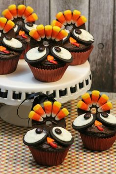 Super adorable turkey decorate cupcakes...perfect for Thanksgiving!!