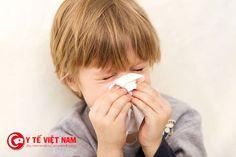 Khi bị viêm mũi trẻ thường có biểu hiện ngứa mũi, thi thoảng hắt hơi